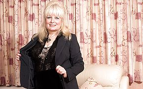 Chubby British mature dame toying with herself