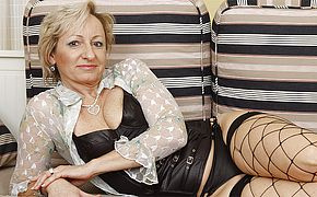 Fabulous mature housewife enjoys to have fun with herself
