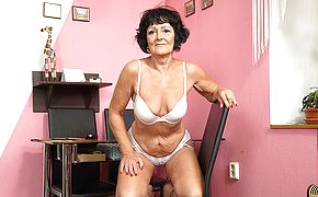 Insatiable senior woman toying with her shaven cooch