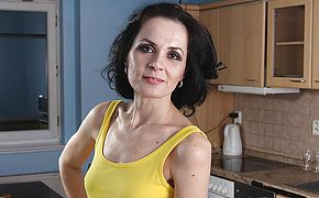 Mature housewife still loves to work out that snatch