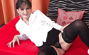 <b>Naughty</b> mature damsel toying with her slit