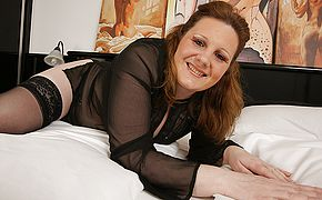 <b>Sexy</b> mature housewife likes her thick faux cock