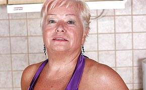 Blond mature super bitch doing herself in the kitchen