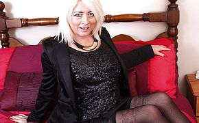 Brit <b>Milf</b> toying with her trimmed poon
