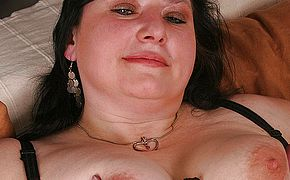 Plump mature bi atch toying with herself
