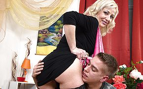 Sizzling housewife pummeling and gargling the dude next door