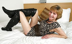 Insatiable Dutch mature tramp toying with her raw cunny