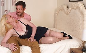 Molten Brit housewife likes her toyboy