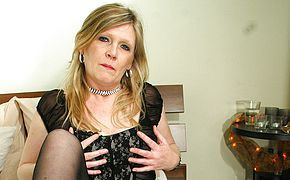 Blondie housewife Ciska likes to get raw