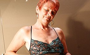 Crimson mature whore toying with herself
