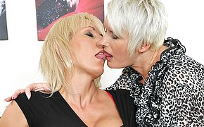 Insane mature lesbo duo in sizzling act