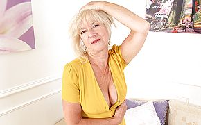 Mature Emily Jane luvs to have fun with her cunny