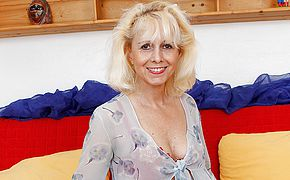 Mature housewife gets her humid crevasse plugged by her toyboy