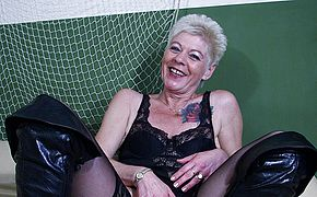 Naughty mature tramp toying with her raw snatch