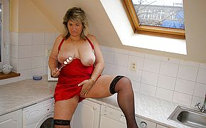 Thick housewife toying in her kitchen