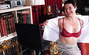 Ultra kinky Yankee housewife frolicking with herself in front of her laptop