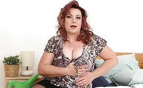 Beautiful curvy mature lady playing with her wet <b>pussy</b>