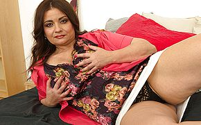 Curvy MILF playing with her <b>pussy</b>