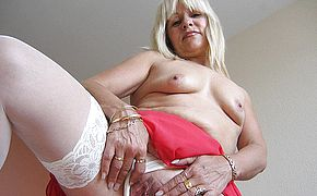 Emilia is one warm mature nymphomaniac who likes to have fun with herself