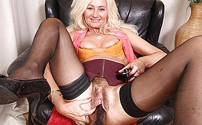 Hairy Ellen B loves to fool around with her fuckmachine