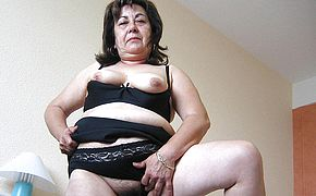 This sizzling mature mama luvs to have fun with playthings